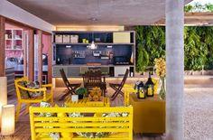 a-varanda-de-lazer-e-integrada-a-sala-de-jantar-de-estar-e-a-cozinha-no-espaco-foi-construida-uma-bancada-de-concreto-aparente-com-churrasqueira-e-pia