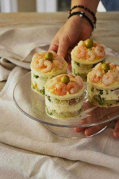 Pastel de ensaladilla con gambas — Chez Silvia Great Appetizers, Appetizer Recipes, Snack Recipes, Cooking Recipes, Healthy Recipes, Ensalada Rusa Recipe, Corvina, Yummy Snacks, Yummy Food