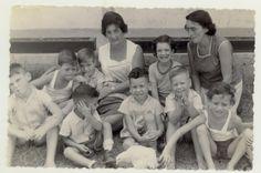 קבוצת ילדים עם שתי מטפלות 1960