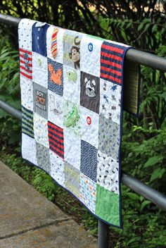 Clever ways to upcycle kids and baby clothes Upcycle baby clothes to make a memory quilt Quilt Baby, Onesie Quilt, Baby Memory Quilt, Boy Quilts, Memory Quilts, Shirt Quilts, Diy Baby Clothes Quilt, Sewing Baby Clothes, Diy Clothes