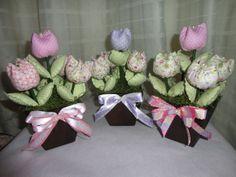 Vasinhos com Tulipas de Tecido Faço vasos maiores e  menores com cores diversas, e tulipas com vários cores de tecidos.