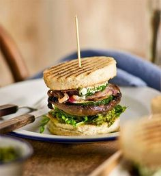 Vegetable burger Grilled mushroom and zucchini? Goat's cheese and basil pesto? Vegetarians rejoice, this tower of taste is especially for you! Best Burger Recipe, Burger Recipes, Vegetarian Recipes, Grilled Mushrooms, Stuffed Mushrooms, Good Food, Yummy Food, Awesome Food, Healthy Food