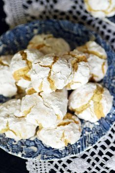 BISCUITS AUX AMANDES ET CITRON (PASTICCI DI MANDORLE) Gluten Free Almond Cookies, Cookies Et Biscuits, Yummy Cookies, Cereal, Food And Drink, Breakfast, Crinkles, Pastries, Recipe