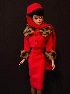 Matinee Fashion NAAIEN patroon uit mijn uitverkochte boek Vintage kleding voor de Fashion Doll door Mari DeWitt, 2003. Maak uw eigen versie van Matinee mode met deze eenvoudige en makkelijk te volgen patroon. Namaakbont kunt u voor de kraag en een licht gewicht linnen stof voor de cocktail pak. Het kan de vintage of silkstone pop center achterkant worden gemonteerd.  Automatische downloaden pdf zip-bestand. Omvat het gehele hoofdstuk met fotos en instructies.  Patronen openen met ADOBE en…