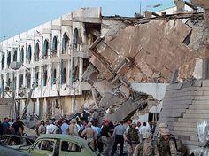 Bombas explodem do lado de fora da sede da ONU no Bagdá  (© Rob Gauthier/Reuters) 22 pessoas morreram,incluindo o brasileiro da ONU Sérgio Vieira de Mello.
