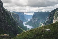 10 spectacular hikes in Newfoundland's Gros Morne. Source: 10 of the Best Hiking Trails in Gros Morne National Park Newfoundland Canada, Newfoundland And Labrador, Canada National Parks, Parks Canada, Travel Activities, Fun Activities, Gros Morne, Atlantic Canada, Boat Tours
