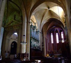 La Cathédrale Saint-Sauveur d'Aix-en-Provence renferme des trésors de différentes époques. De l'Antiquité, il subsiste un beau mur à bossage et surtout un remarquable baptistère du V°s. Le cloitre est roman, mais la cathédrale elle-même, majoritairement de style gothique, a été commencée au 12° et achevée au 16°s par le grand portail occidental.