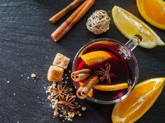 寒い冬にはスパイスが効いた「ホットワイン」はいかがですか?海外ではモルドワイン、グリューワイン、ヴァン・ショーなどと呼ばれ人気の飲み物。ワインよりもアルコールが低いのでお酒が苦手な方にもおすすめです。また、ワインのポリフェノールやスパイスの栄養成分が引き始めの風邪にも効果的。今回は、ホットワインの基本の作り方と注意点、赤ワイン以外にも白ワインを使ったアレンジレシピをご紹介します。電子レンジでも簡単に作れるホットワイン、ぜひ試してみてくださいね。