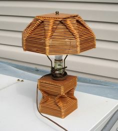 popsicle lamp Popsicle Stick Crafts House, Popsicle Crafts, Popsicle Sticks, Craft Stick Crafts, Decor Crafts, Wooden Christmas Crafts, Handmade Lamps, Pipe Lamp, Popsicles