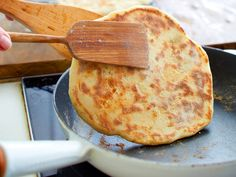 Fast pan bread without yeast - that's how it works - Pan sin Gluten Recetas Pork Recipes, Baking Recipes, Cheese Recipes, Bread Without Yeast, Homemade Cheese Sauce, Creamy Macaroni And Cheese, Avocado Dessert, Cheesy Sauce, Tasty