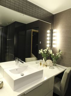 Tummassa kylpyhuoneessa on tuoli, jossa voi istua vaikkapa meikatessa. Beautiful Bathrooms, Modern Bathroom, Bright Lights, Dark Fashion, Inspired, Mirror, Lighting, Blog, Inspiration