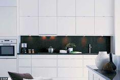 """éléments hauts carrés En panneaux de fibres de bois peinture polyester, façade plane toute blanche et poignées quasi invisibles. Cuisine """"Faktum/ Applad"""", Ikea."""