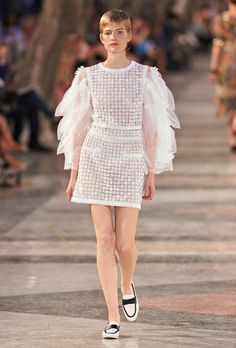 The Cruise 2016/17 Ready-to-wear show on the CHANEL official website