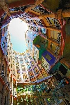 Casa Mila in Barcelona, Spain -  Bien souvent, ses réalisations ne possèdent pas d'angles droits, et sont ondulantes et asymétriques.