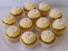 Pretty daisy cupcakes for an birthday celebration Cute Desserts, Delicious Desserts, Yummy Food, Pretty Birthday Cakes, Pretty Cakes, Daisy Cupcakes, Cupcake Cakes, Baking Recipes, Dessert Recipes