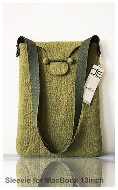 Diese einzigartige Handtasche oder Sleevie für 13 Zoll-Computer hat aus weich grau Wolle Filz worden und ist absolut nahtlos, so dass Ihr Computer sicher und glücklich drin ist! Handtasche Griff ist 40cm.in Länge.  Alle Designs sind einzigartig und handgefertigt, mit nur Wasser und grüner Seife.    Pflegeanleitung: Handwäsche bei 10 C. Verwenden Sie Feinwaschmittel. Umformen Sie mit Händen während feucht. Nicht Trockner. Flach zum Trocknen legen.