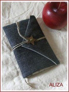 """en jean & tissu étoilé, mes coupons du moment... étoile rouge en feutrine cousue au point de feston ; bouton en bois, ficelle de lin & petits accessoires pour parer à l'imprévu en voyage... montage selon la """"pochette express"""" de ptitsy Moloko, un incontournable..."""