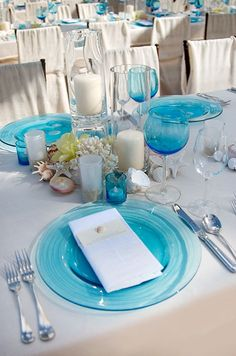 Turquoise dinner plates and wine glasses are the ideal compliment to a wedding reception on the beach.