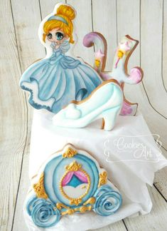 Cinderella cookies as cake topper | Cookie Connection