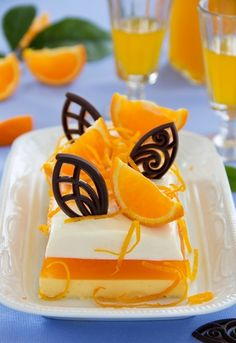 Creamy orange jelly with tangerines and chocolates. Russian Cakes, Russian Desserts, Russian Recipes, Just Desserts, Delicious Desserts, Yummy Food, Mousse, Mango Cake, Cute Snacks
