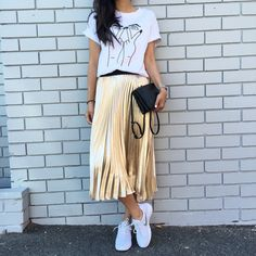 Trendy Pleated Midi Skirt Outfits for Feminine Style - Fashionetter Street Style Outfits, Mode Outfits, Skirt Outfits, Casual Outfits, Fashion Outfits, Gold Skirt Outfit, Sneakers Fashion, Gold Pleated Skirt, Metallic Skirt