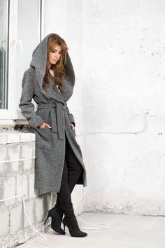 Wiązany, długi płaszcz z kapturem. Long wrapped coat with a hook. http://www.bee.com.pl/e-sklep/