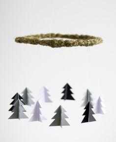 we love handmade | DIY: Mobile mit Tannenbäumen aus Papier | http://welovehandmade.at
