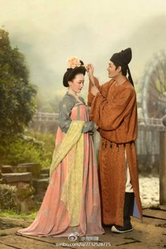 I have been wondering who made this photos? The clothing, makeup, and hairstyle shows close attentions to historical details and authenticity. #ruqun #齊胸襦裙 #圓領袍 - a couple of Tang dynasty (618–907), hanfu revival