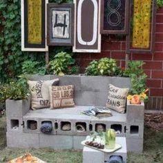 Sofá-jardinera hecho con bloques de construccion