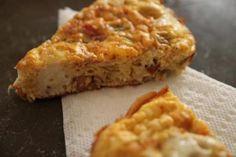Savršen vikend doručak ili brzi ručak uz ukusnu salatu. Luk izrezati na tanke ploškei popržiti na maslinovom ulju. Dodati kobasicu rezanu na k...