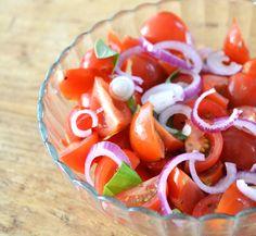 Ondanks dat het geen zomer meer is, is een frisse salade nog wel welkom bij een gerecht. Deze makkelijke tomatensalade behoort tot mijn favorieten.