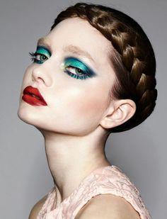 chatain foncé, cheveux longs en tresse autour de la tête, maquillage du soir très fort, cheveux lisses, fort contraste entre couleur du teint et nuances des cheveux