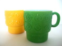 loving these vintage mugs in yellow and green....