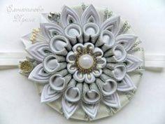 Одноклассники Diy Ribbon Flowers, Kanzashi Flowers, Satin Flowers, Ribbon Crafts, Flower Crafts, Flowers In Hair, Fabric Flowers, Shibori, Kanzashi Tutorial