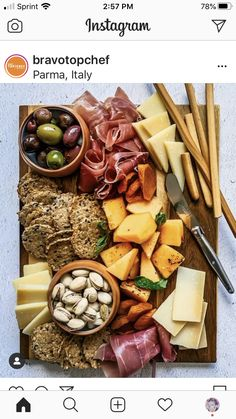 Charcuterie Picnic, Charcuterie Recipes, Charcuterie And Cheese Board, Party Food Platters, Food Trays, Health Dinner, Cooking Recipes, Healthy Recipes, Food Gifts