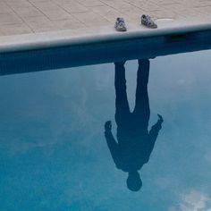 """Originales composiciones fotográficas de zapatos """"vacíos"""" con sombras y reflejos"""