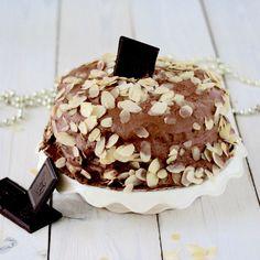 Prawdziwa bomba czekoladowa <3 Od razu mówię: nie zasłodzicie się! Kremowy, śmietankowy krem czekoladowy, do tego biszkopt kakaowy i delikatne płatki migdałowe. Czekoladowa rozpusta :)