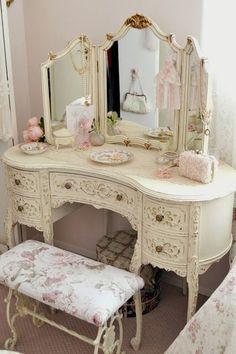 Oh! I'm in love! Beautiful Shabby Chic Dresser