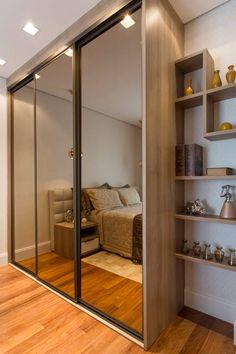 O armário com espelhos dá uma sensação de amplitude no quarto do casal.