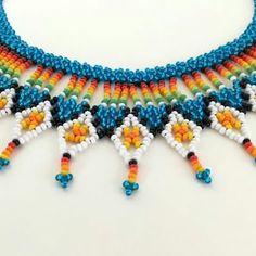 Okama #multicolor #Embera Beaded Necklace Patterns, Beading Patterns, Beaded Jewelry, Crochet Necklace, Beaded Bracelets, Beaded Collar, Collar Necklace, Hand Embroidery Art, Craft Accessories