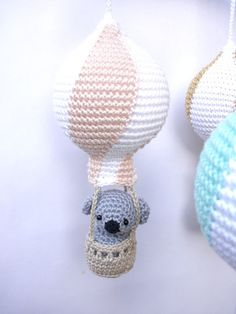This wonderful baby mobile would look so glamorous and elegant in your baby girl's nursery! It features four striped hot air balloons in white / glitter gold, white / coral, white / peach and white /