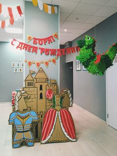Cardboard medieval castle, horse and costumes, birthday garland and dragon pinata Diy And Crafts, Crafts For Kids, Arts And Crafts, Cardboard Costume, Recycled Toys, Birthday Garland, Gender Party, Photo Booth Backdrop, Super Party