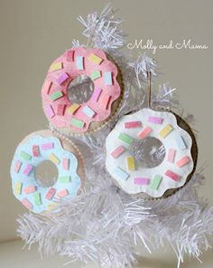 Make quick and easy felt donuts for fun food play or yummy Christmas ornaments and decorations. Use wool felt, polyester stuffing, floss and a hot glue gun. Christmas Donuts, Felt Christmas Ornaments, Christmas Crafts, Christmas Ideas, Tacky Christmas, Christmas Tree, Christmas Sewing, Sewing Patterns Free, Free Sewing