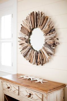 Driftwood: DIY inspirations to integrate it into your decoration Driftwood is an easy material to recover at the seaside. Often perceived as a waste, it is however miracles in terms of decoration. Driftwood Frame, Driftwood Table, Driftwood Furniture, Driftwood Projects, Wooden Decor, Diy Wall Decor, Wooden Diy, Diy Home Decor, Family Wood Signs