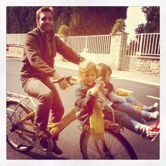 A la sortie de l'école... mon Papa vient me chercher avec son vélo de facteur #delicieuxmoments - Nos délicieux moments - Kinder Chocolat