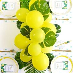 The DIY for this balloon & fronds centerpiece is up on the blog! You probably won't believe how easy and quick link in bio