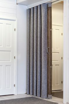 Paljeoven pintamateriaaliksi voidaan valita perinteinen keinonahka tai lämmin luonnonmateriaali huopa. Curtains, Home Decor, Insulated Curtains, Homemade Home Decor, Blinds, Draping, Decoration Home, Drapes Curtains, Sheet Curtains