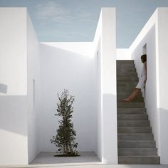 A modern and minimal balance between ancient and modern architecture Maison Kamari summer house Paros Greece React Architects via contempoperth- architecture, travel Modern Architecture Design, Residential Architecture, House Architecture, Modern House Design, Landscape Architecture, Contemporary Design, Cubic Architecture, Mediterranean Architecture, Classical Architecture