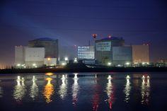 giovedì 28 marzo 2013 | Fessenheim, Francia - SEBASTIEN BOZON/AFP/Getty Images - La centrale nucleare di Fessenheim, in Francia, coperta da scritte di protesta proiettate da Greenpeace.