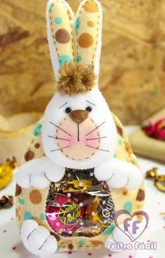 Coelhinho Páscoa Feltro Bunny Crafts, Easter Crafts, Holiday Crafts, Felt Ornaments, Christmas Ornaments, Easter Templates, Chocolates, Felt Crafts Patterns, Diy Ostern